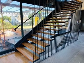 MILD STEEL POWDER COATED FLOATING STAIRCASE WITH OAK WOOD TREADS & 16mm CLEAR GLASS BALUSTRADE.